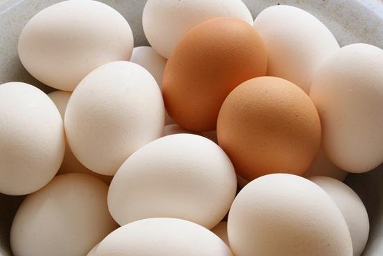 Trứng cùng là cách trị mụn cám rất phổ biến giúp các cô gái lấy lại làn da mịn màng.
