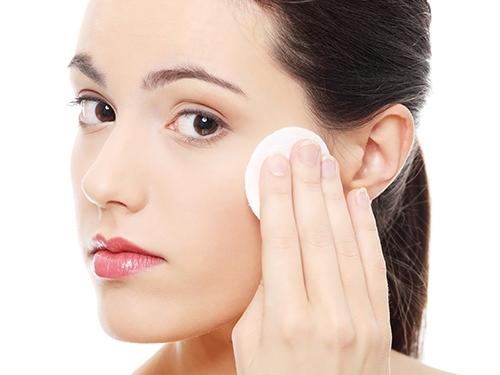 Bạn nhớ tẩy trang kỹ trước khi khi rửa mặt để làm sạch da mặt hiệu quả.