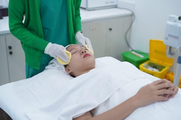 Tiến hành làm sạch vùng da cần điều trị.