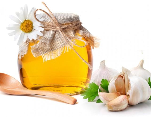 Tỏi và mật ong là sự kết hợp hoàn hảo để trị mụn .