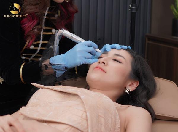 Kỹ thuật điêu khắc lông mày 8D P'cell sử dụng tế bào gốc được nhập khẩu từ Singapore.