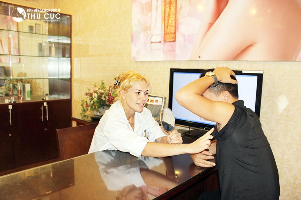 Khách hàng được bác sĩ thăm khám, tư vấn về phương pháp và hiệu qủa trị hôi nách bằng tiêm botox