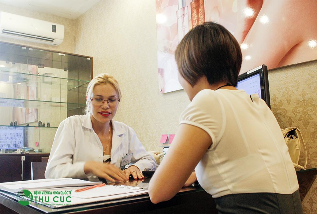 Khách hàng thăm khám, trị hôi nách tại Bệnh viện Thu Cúc được bác sĩ tư vấn cụ thể, rõ ràng về phương pháp thực hiện