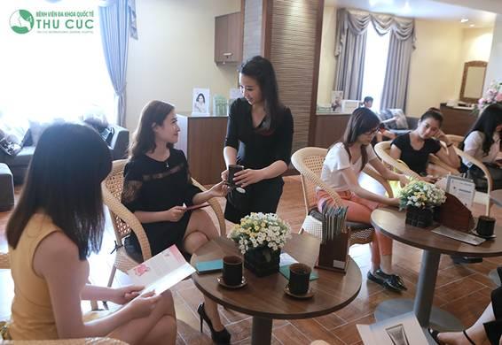 Khách hàng được tiếp đón ân cần khi đến Thu Cúc Sài Gòn