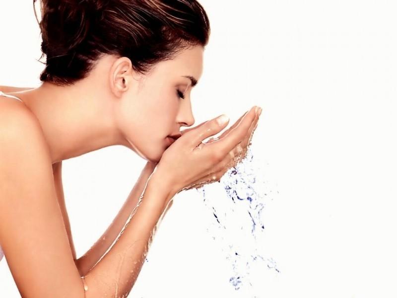 Vệ sinh da sạch sẽ để hạn chế vi khuẩn gây mụn