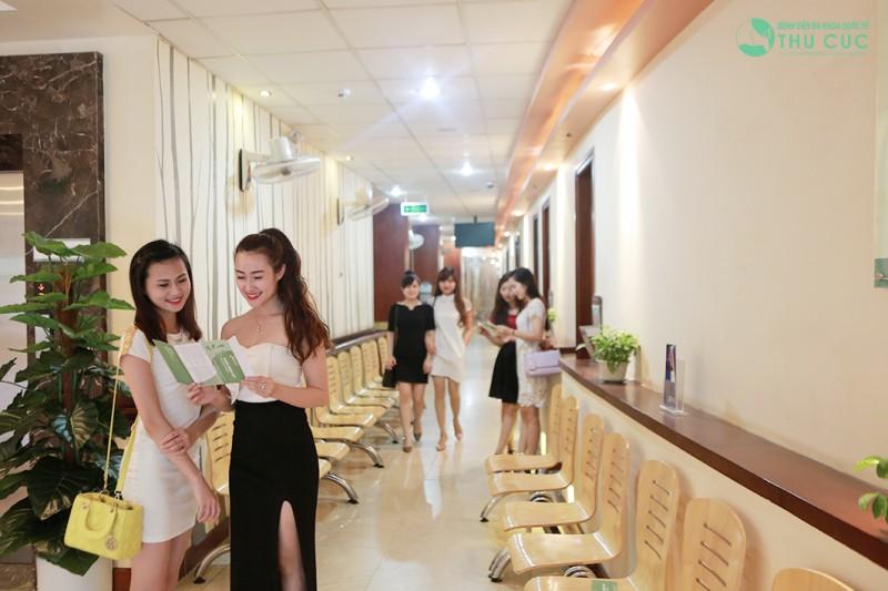 Khách hàng đến thăm khám và trị hôi nách an toàn, hiệu quả tại Bệnh viện Thu Cúc