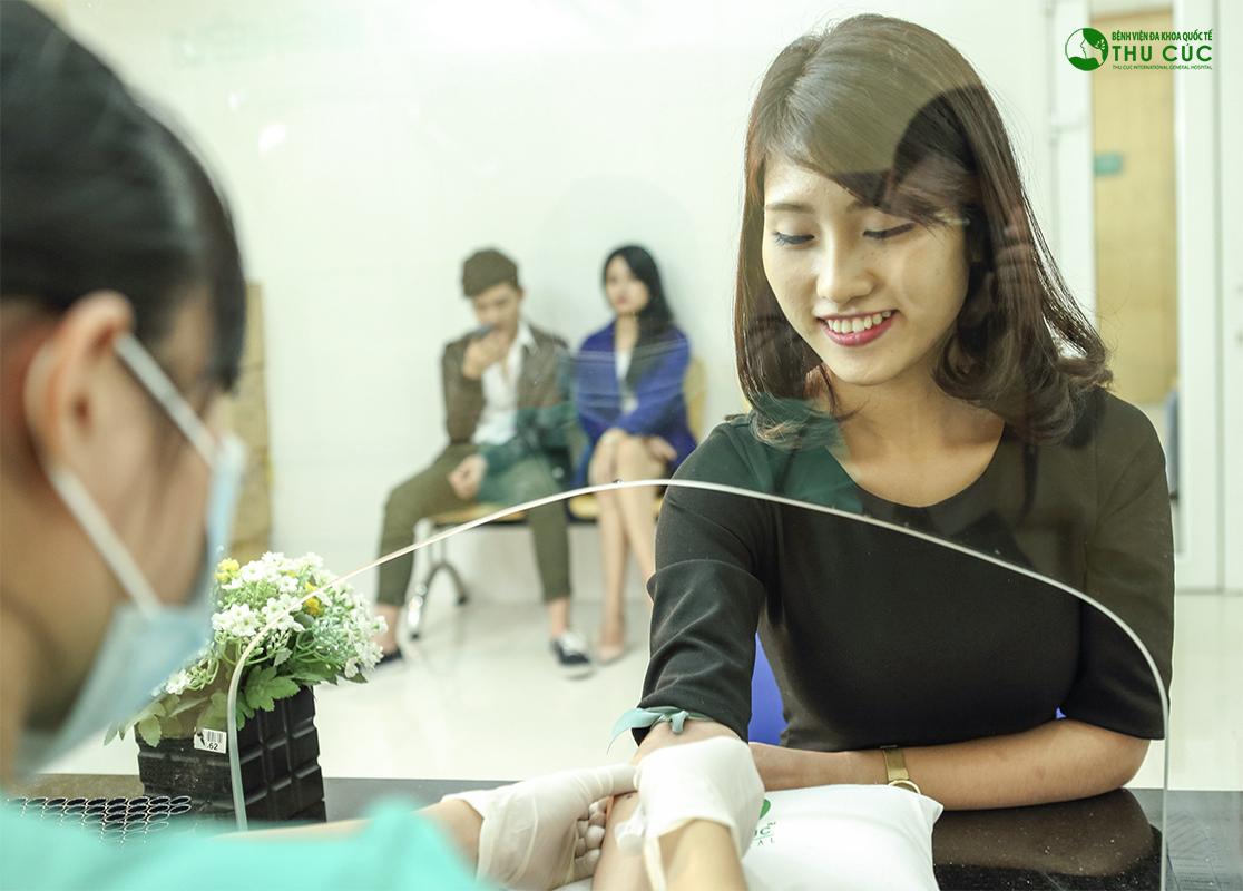 Khách hàng được kiểm tra sức khỏe an toàn trước khi cắt tuyến mồ hôi nách