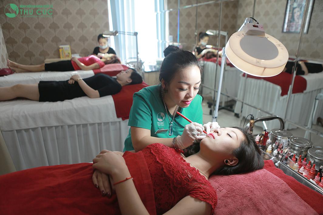 Cận cảnh phun xăm màu môi tại Bệnh viện Thu Cúc