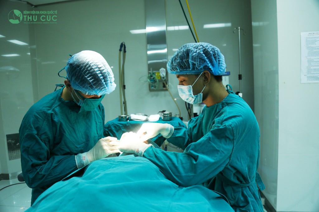 Bác sĩ tiến hành thực hiện thủ thuật bấm mí