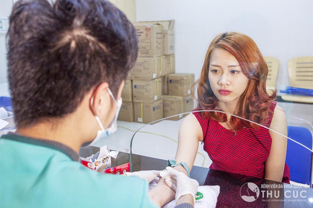 Trước khi thực hiện tiểu phẫu độn cằm, khách hàng được kiểm tra sức khỏe