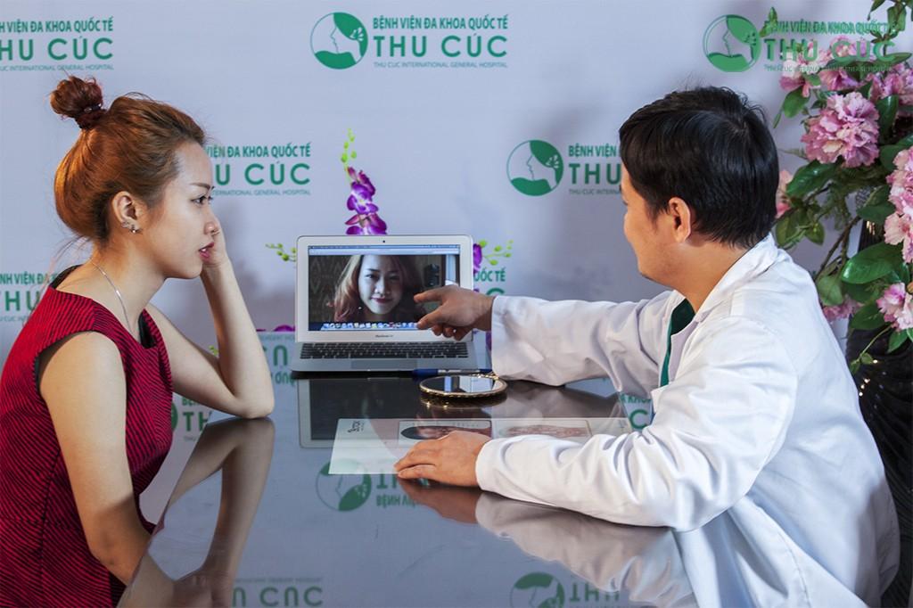 Khách hàng được bác sĩ tư vấn về phương pháp để cải thiện dáng cằm
