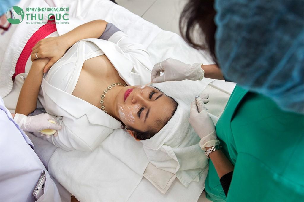 Trước khi thực hiện, khách hàng được làm sạch vùng da cần điều trị