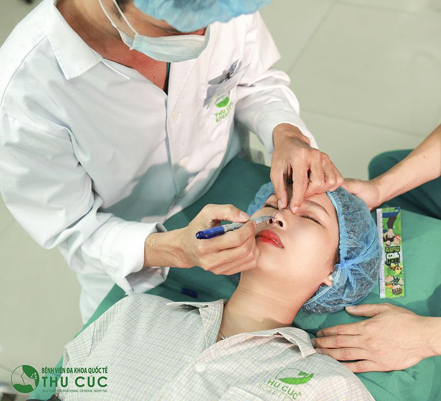 Bác sĩ sẽ đo vẽ thẩm mỹ hình dáng mũi, đảm bảo tỷ lệ chiếc mũi lý tưởng