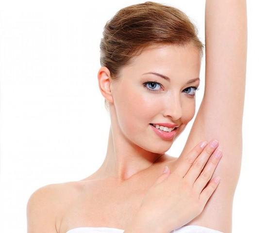 Vùng da dưới cánh tay sạch lông, sáng mịn là điều kiện cần thiết giúp bạn gái tự tin diện những bộ cánh yêu thích