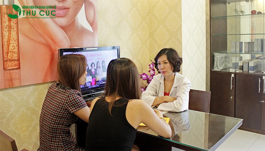 Bác sĩ Thu Cúc đang tư vấn cho khách hàng các phương pháp đặc trị sẹo lõm