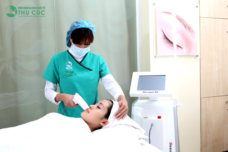 Một khách hàng đang thực hiện trẻ hóa da bằng Thermage tại Thu Cúc Sài Gòn