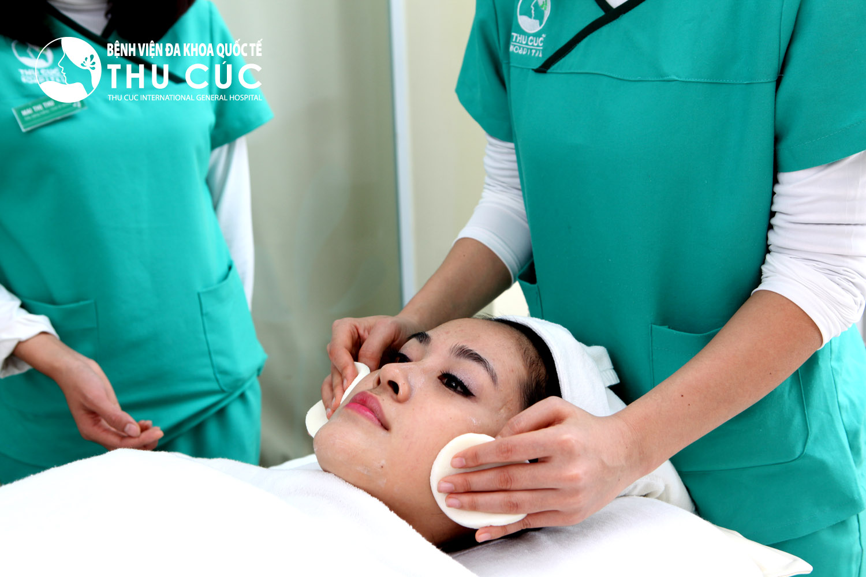 Trước khi điều trị mụn nhạy cảm bằng Bluelight, khách hàng sẽ được làm sạch da mặt