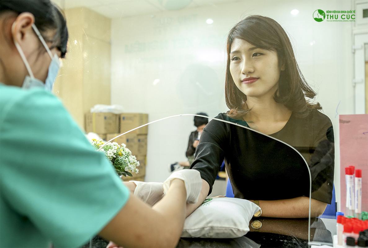 Khách hàng kiểm tra y tế để đảm bảo đủ điều kiện sức khỏe thực hiện hút mỡ đùi