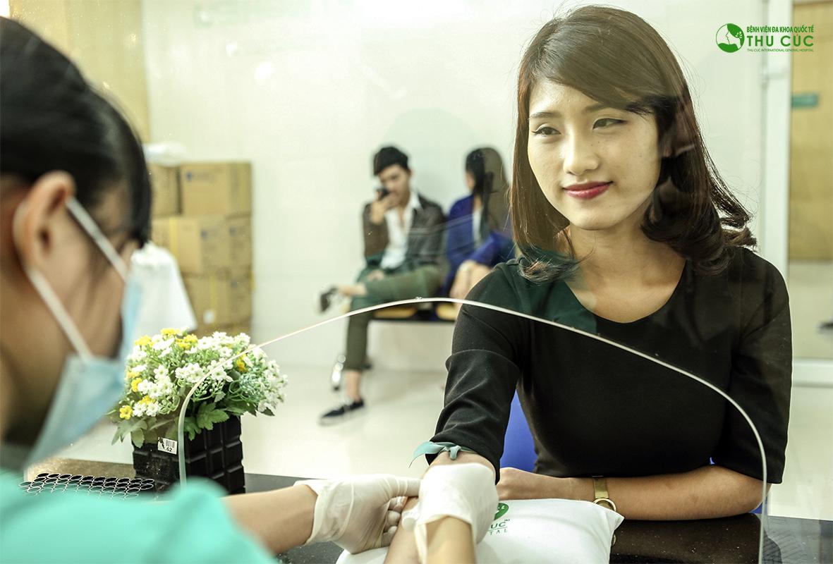 Thu Cúc thực hiện thăm khám, kiểm tra y tế, thử phản ứng thuốc theo đúng yêu cầu sức khỏe trong phẫu thuật của Bộ Y tế