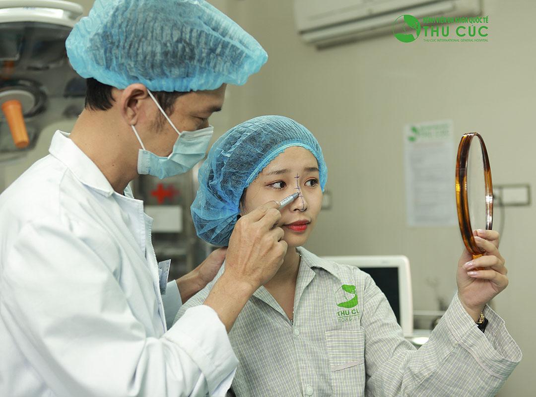 Một khách hàng đang thực hiện nâng mũi S - line tại Thu Cúc