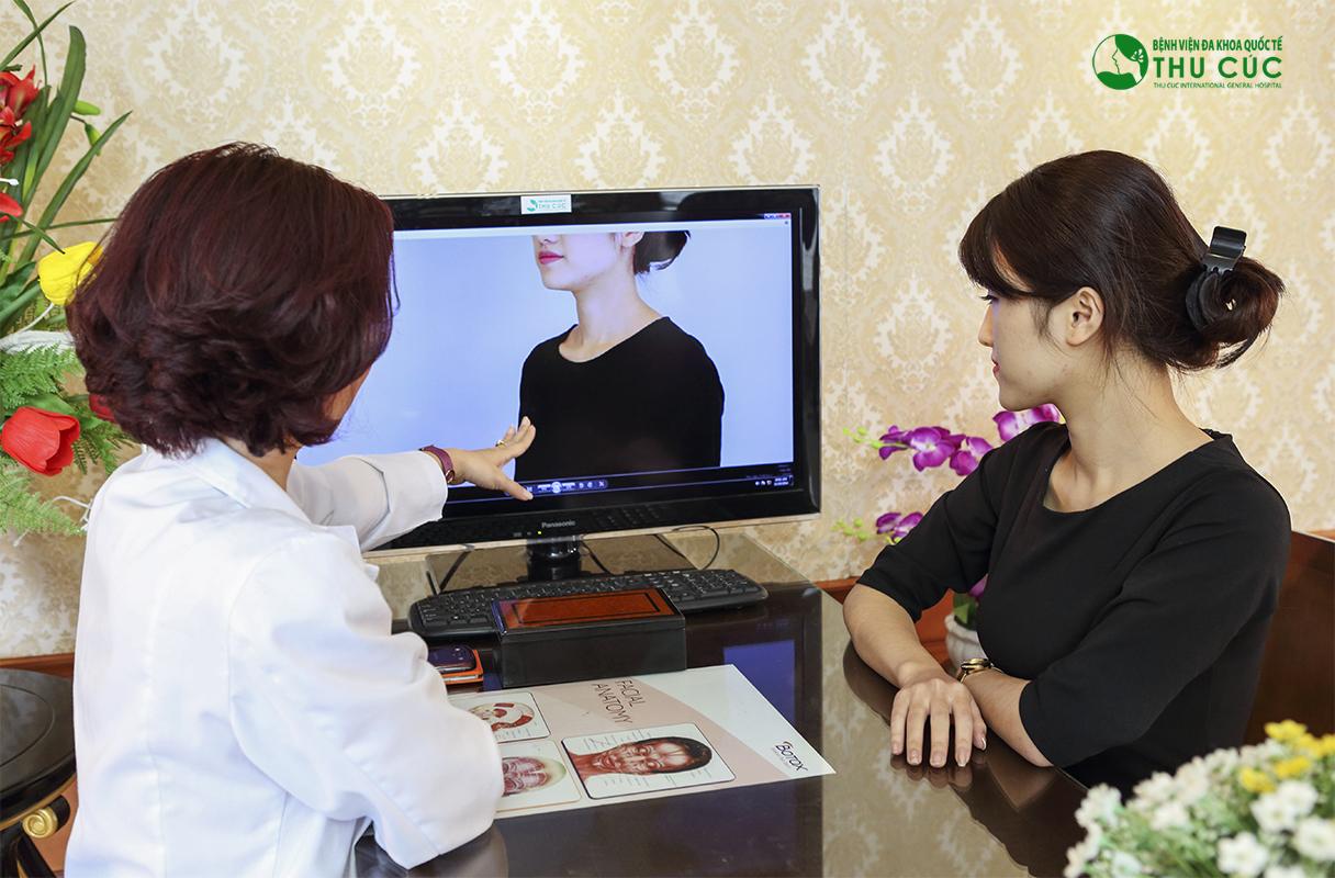 Bác sĩ tư vấn cụ thể, đầy đủ cho khách hàng trước khi thực hiện dịch vụ