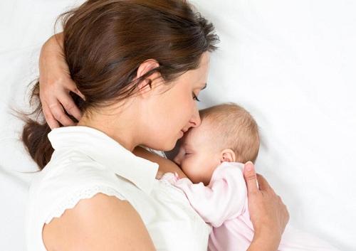 Ngực không đều có thể do thói quen chỉ nằm nghiêng về một bên, dồn sức quá nhiều vào một bên tay, cho con bú hoặc do di truyền