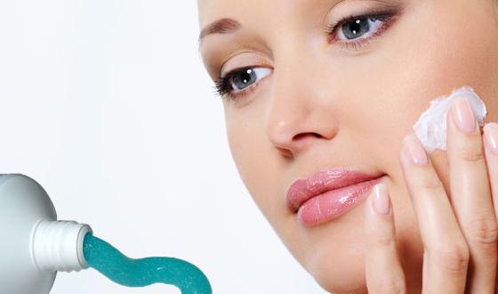 Kem đánh răng có thể trị mụn khá tốt do chứa thành phần kháng khuẩn