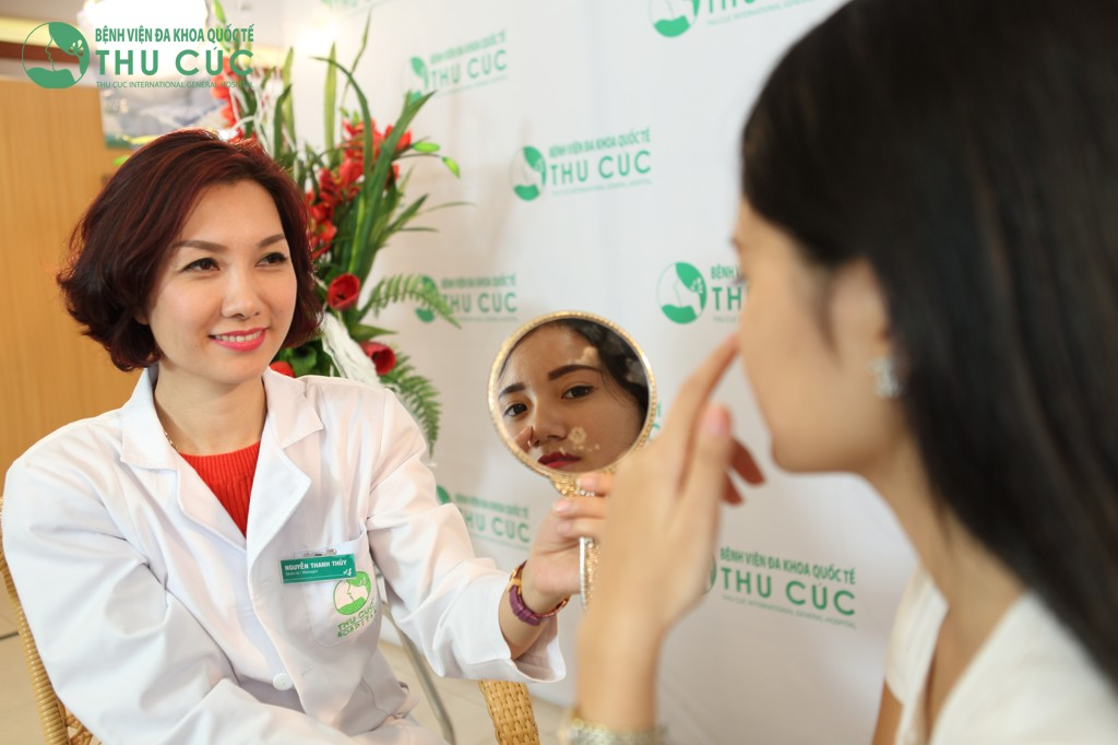 Bác sĩ thăm khám và tư vấn kỹ lưỡng mọi thông tin cho khách hàng.