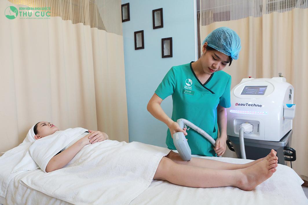 Một khách hàng đang thực hiện triệt lông bằng Laser Diode
