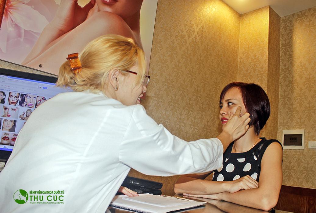 Một khách hàng đang được bác sĩ Thu Cúc tư vấn về phương pháp triệt lông Laser Diode