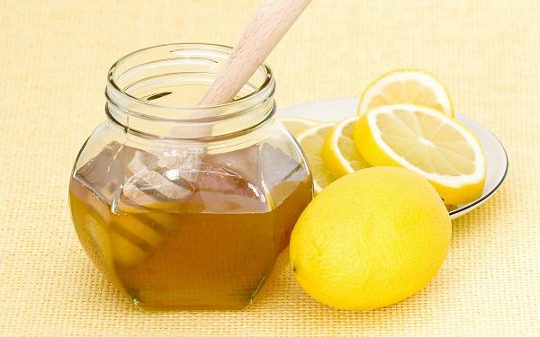 Hỗn hợp chanh, đường, mật ong có khả năng làm nang lông yếu đi và rụng dần