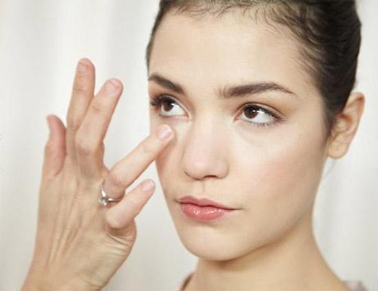 Bọng mỡ ở mi dưới có thể khiến đôi mắt trông già nua, mệt mỏi, thiếu sức sống, ảnh hưởng đến tổng thể thẩm mỹ của cả khuôn mặt