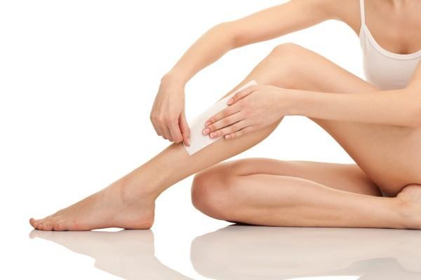 Có rất nhiều cách triệt lông chân tạm thời cho chị em lựa chọn như cạo lông, waxing, sử dụng kem tẩy lông