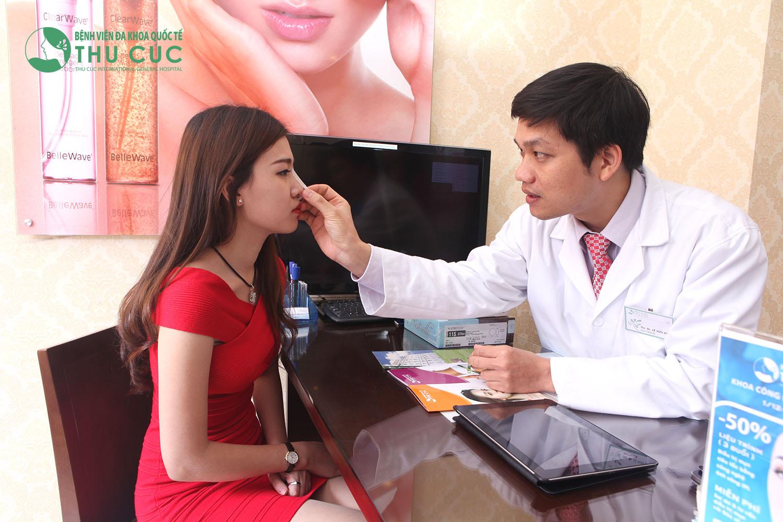 Một khách hàng đang được bác sĩ Thu Cúc tư vấn về nâng mũi