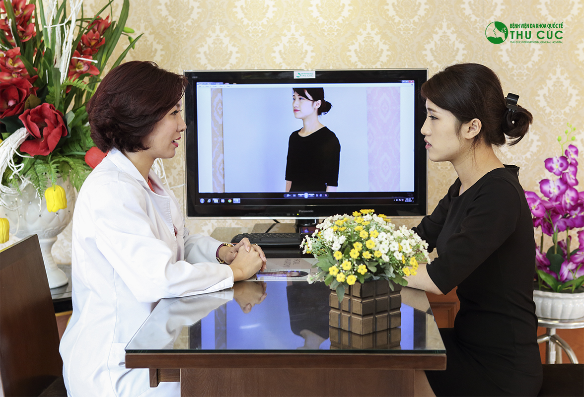 Sau nâng ngực, khách hàng sẽ được bác sĩ Thu Cúc hướng dẫn tỉ mỉ cách chăm sóc hậu phẫu