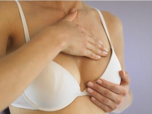 Chị em nên dành khoảng 30 phút chia làm 2 lần mỗi ngày cho việc massage cải thiện núi đôi