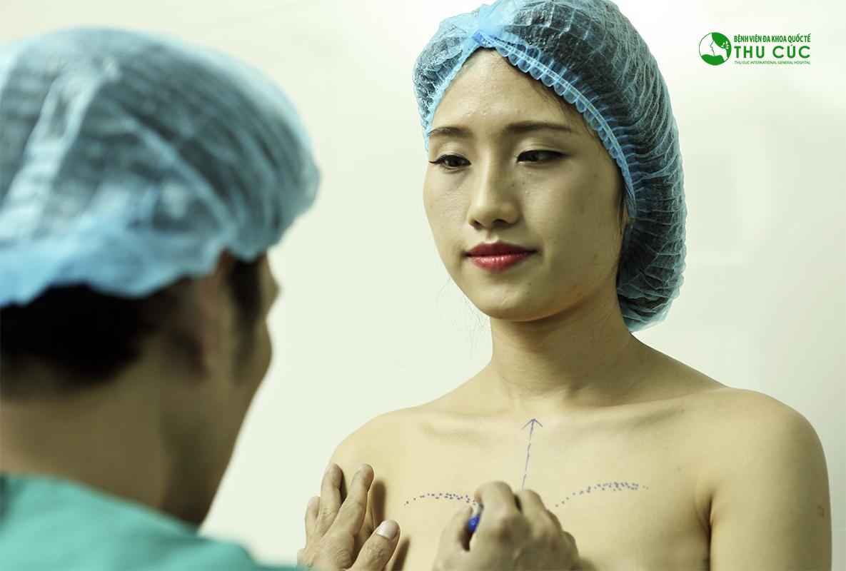 Bác sĩ Thu Cúc đang đo vẽ vòng một, lựa chọn kích cỡ túi ngực phù hợp