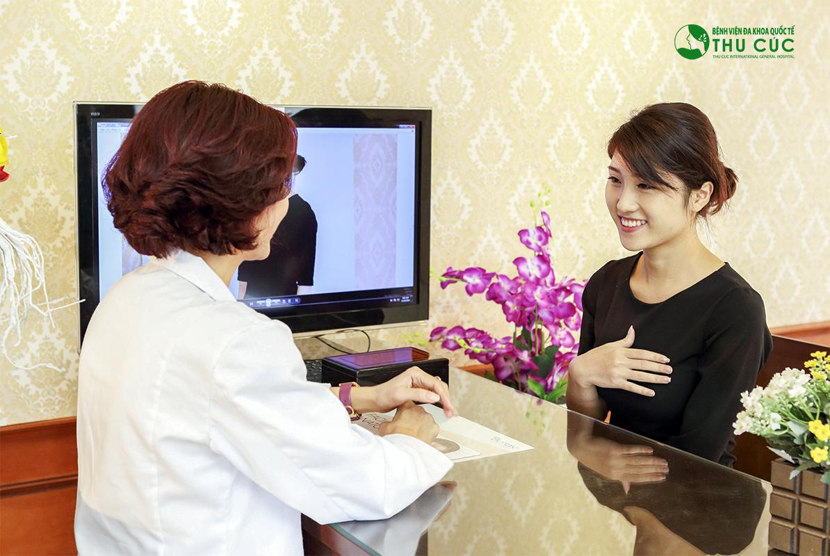 Bác sĩ thăm khám và tư vấn về phương pháp thực hiện cho khách hàng