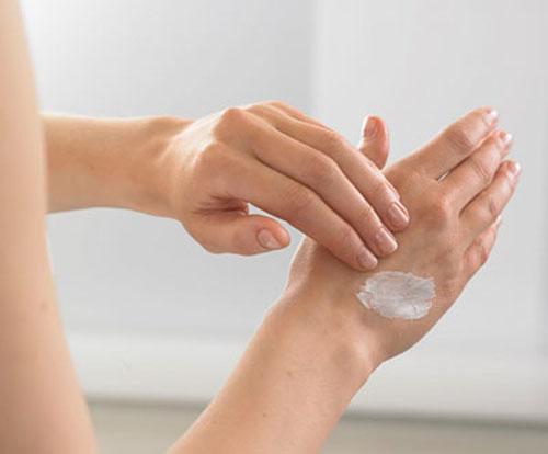 Khi sử dụng một loại kem tẩy lông mới, bạn nên bôi một ít kem lên một vùng da nhỏ, để trong 24 tiếng để chắc chắn không có hiện tượng dị ứng nào xảy ra.