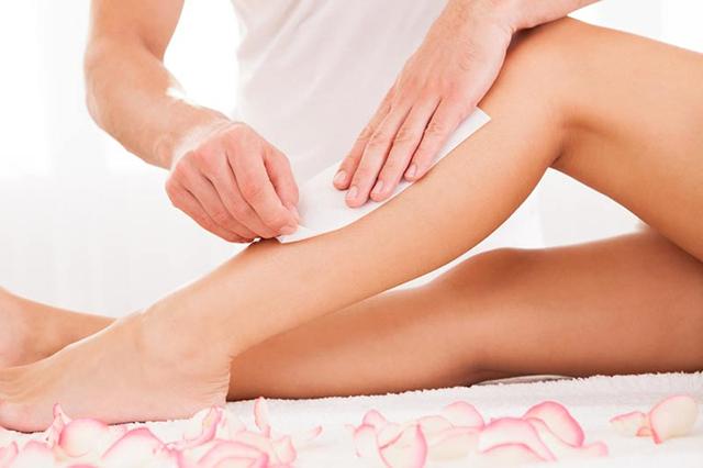 Do loại bỏ nhiều lông cùng một lúc nên waxing có thể gây đau rát, đỏ da, không phù hợp với những vùng da mỏng hay nhạy cảm
