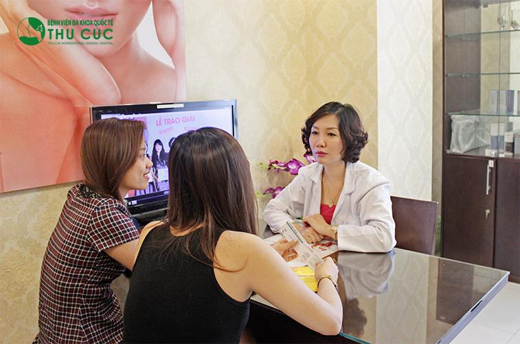 Bác sĩ đang tư vấn cho khách hàng về công nghệ triệt lông bằng Laser Diode