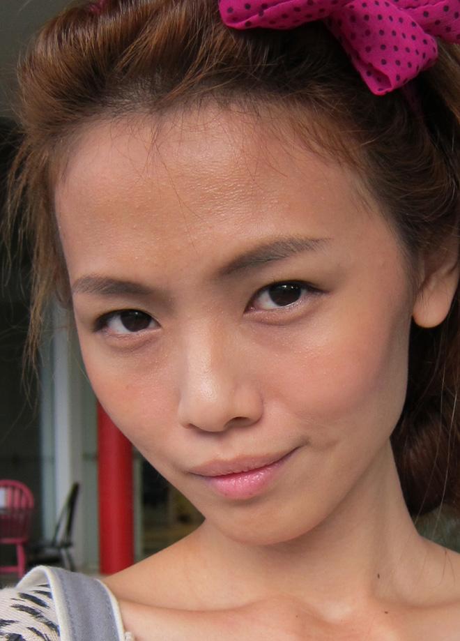 Hình ảnh của Qiu Qiu trước khi phẫu thuật, mũi gồ khiến các đường nét trên khuôn mặt thô cứng và nam tính.
