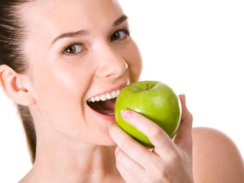 Trong quả táo chứa rất nhiều dinh dưỡng thiết yếu cho cơ thể như vitamin A, C, E, kali, canxi, chất chống oxy hóa. Tuy nhiên nó lại không chứa chất béo, do đó bạn có thể ăn táo thoải mái hằng ngày không lo tăng cân mà vẫn đảm bảo dinh dưỡng. Hãy ăn 2 - 3 trái táo mỗi ngày hoặc uống nước ép táo, song song với đó là giảm dần các loại thực phẩm khác.