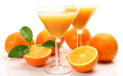 Không phải ngẫu nhiên mà nước cam trở thành loại nước uống được nhiều ngôi sao lựa chọn trong thực đơn giảm cân. Lượng vitamin C dồi dào trong nước cam giúp tăng thể lực cho cơ thể, dạ dày có cảm giác no lâu. Do vậy để giảm béo, bạn chỉ cần uống 3 ly cam ép mỗi ngày, bên cạnh đó là hạn chế các đồ ăn khác