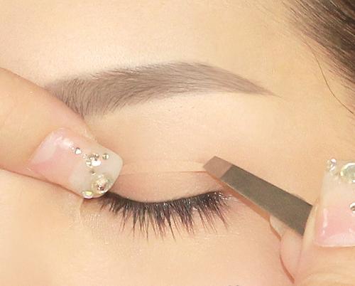 Trước đây, để có được đôi mắt hai mí tạm thời, nhiều bạn gái đã phải tìm đến các phương pháp như kẹp tạo mắt hai mí, chỉ tạo mắt hai mí hay miếng dán kích mí