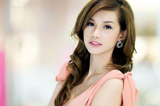 Mặc dù sinh con chưa được lâu nhưng nữ MC xinh đẹp Quỳnh Chi đã nhanh chóng lấy lại vóc dáng thon gọn. Cô tiết lộ, để giảm cân sau sinh an toàn mà không ảnh hưởng đến con, cô đã liên tục tập gym và yoga, bên cạnh đó là tính toán chế độ ăn được tính toán kỹ lưỡng.