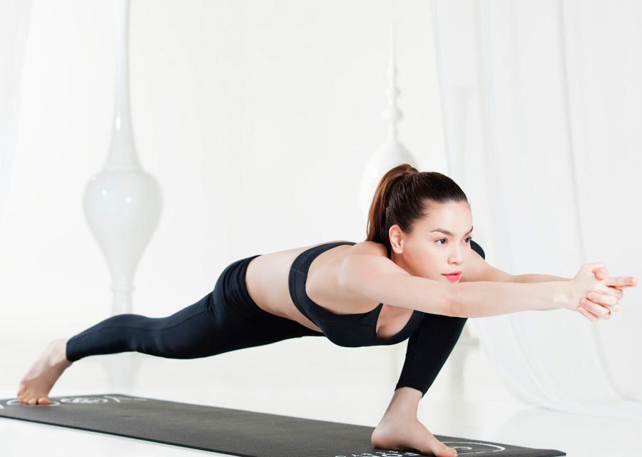 Bí quyết giảm cân sau sinh của Hồ Ngọc Hà chính là tập yoga. Nữ ca sĩ chia sẻ sau khi tham khảo ý kiến bác sĩ, cô đã tập yoga trở lại sau hơn 6 tuần sinh con, nhờ vậy mà cô nhanh chóng lấy lại được sự tự tin với vóc dáng thon gọn.