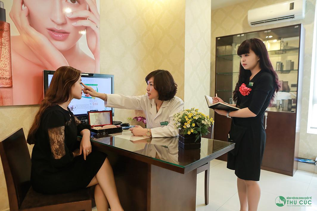 Bác sĩ Thu Cúc thăm khám xác định mức độ da chùng, da thừa, bọng mỡ, tư vấn cho khách hàng về phương pháp cắt mí