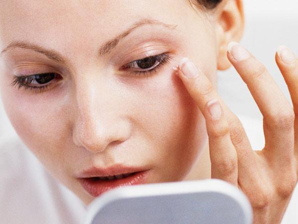 Bước vào độ tuổi 30, vùng da quanh mắt bắt đầu xuất hiện nếp nhăn, có dấu hiệu bị chùng, nhão, có bọng mỡ