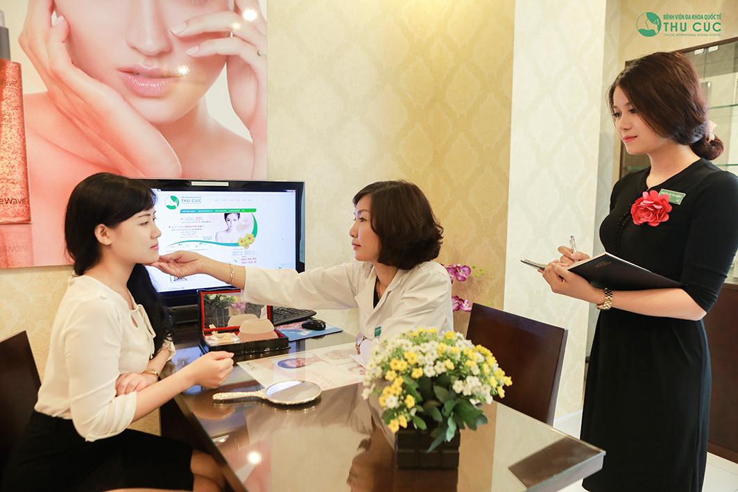 Bác sĩ Thu Cúc đang thăm khám, tư vấn phương pháp độn cằm cho khách hàng